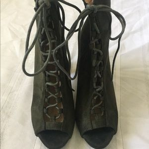 Chase & Chloe Green Suede Lace Up Opened Toe Heels